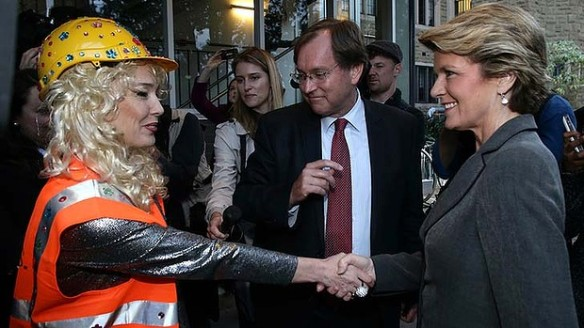 The Deputy Prime Minister seals with a handshake being sold a PUP by the Coal Diggers